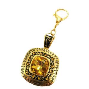 Амулет-брелок Золотой камень и мантрами для большого богатства